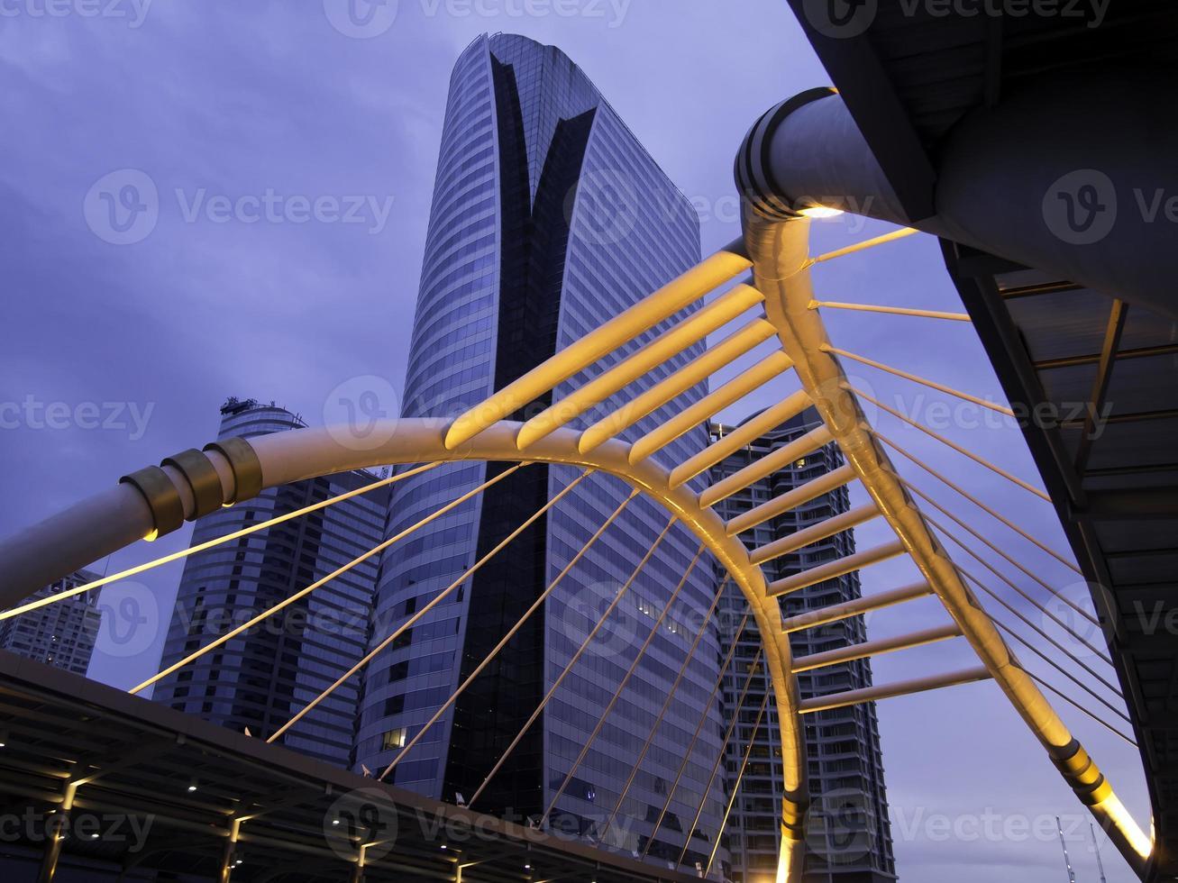 skywalk púbico na praça do centro de Banguecoque na zona de negócios foto