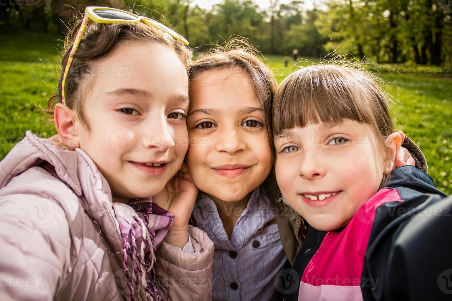foto de três garotas fazendo selfie fechar