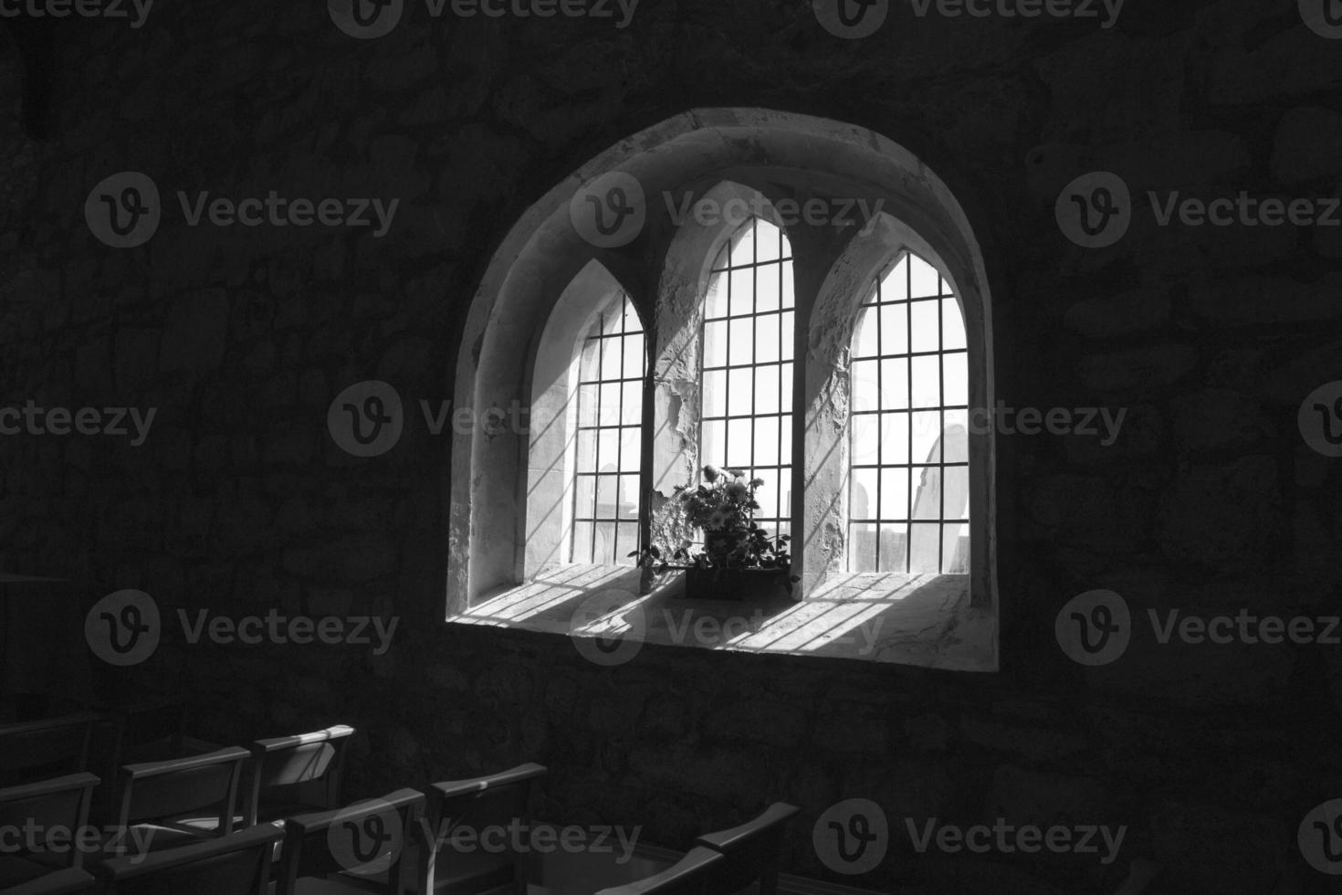 janela da igreja aberdaron llyn península foto