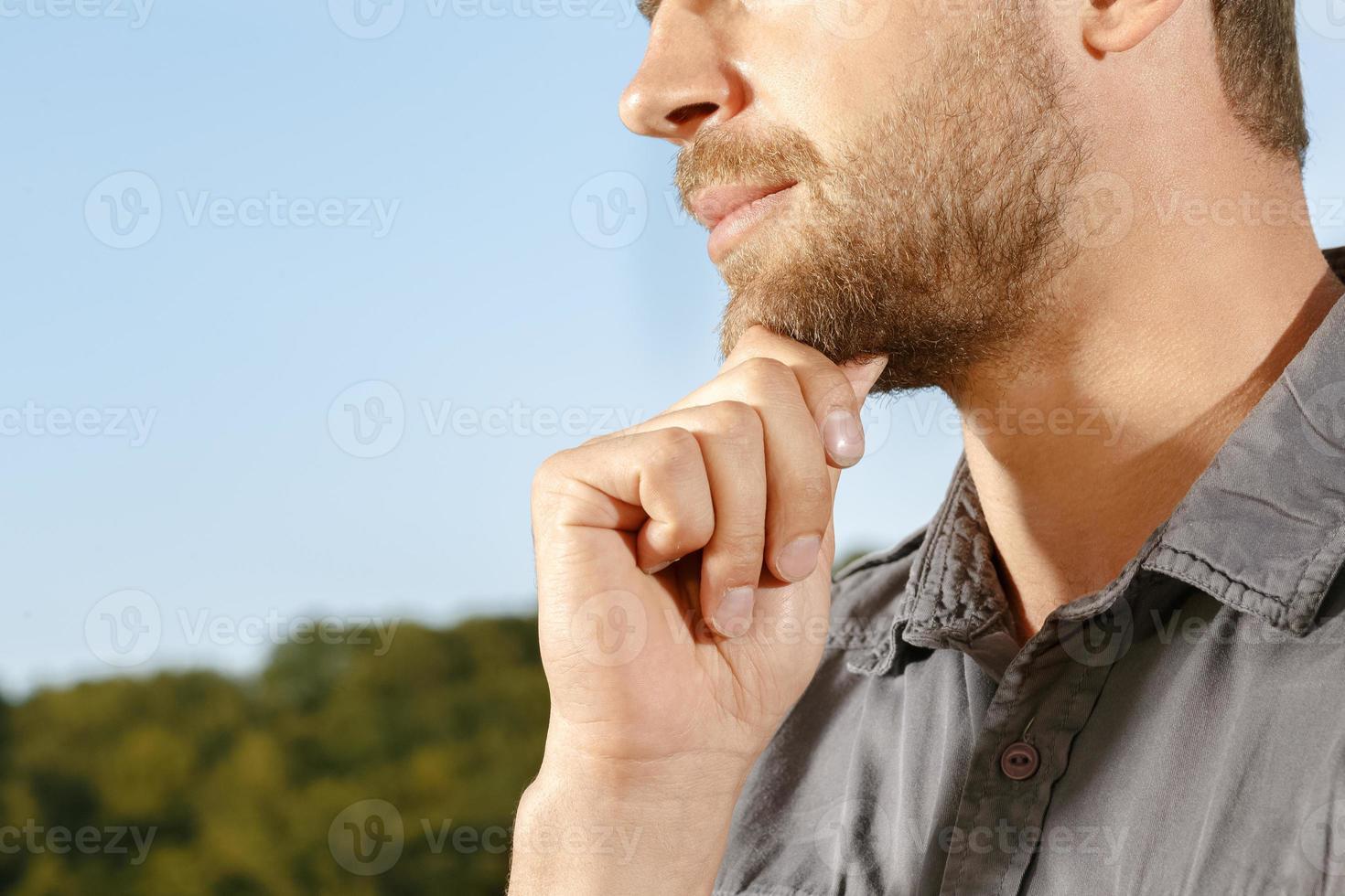 homem bonito pensativo em um parque foto