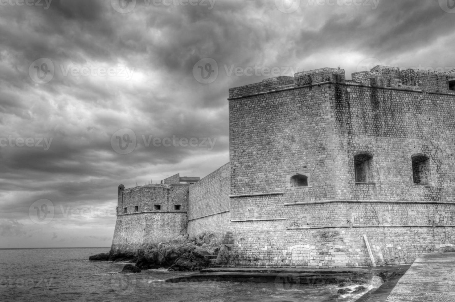 muralhas do castelo contra um céu dramático foto
