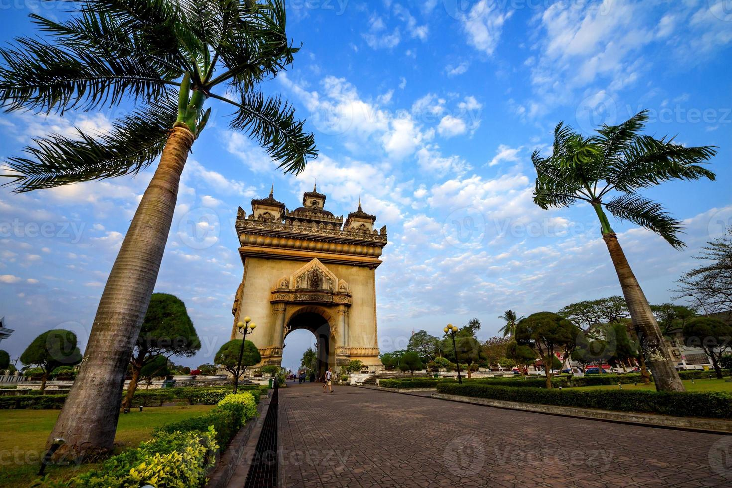 monumento do arco de patuxai em vientiane foto