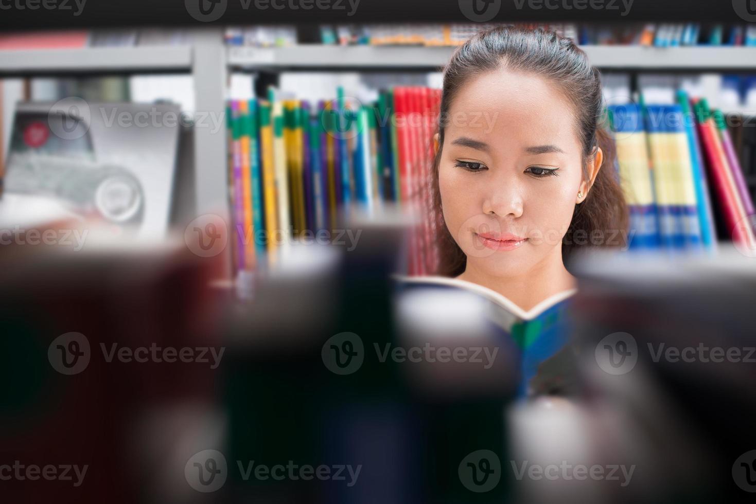 menina na biblioteca foto