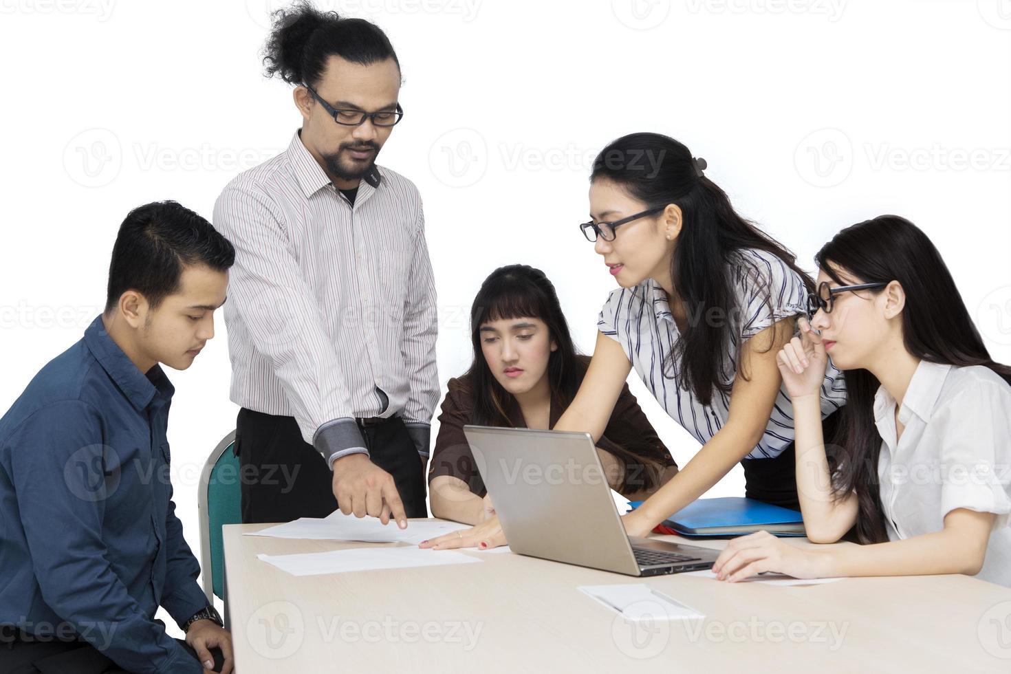 equipe de negócios jovem discutindo no estúdio foto