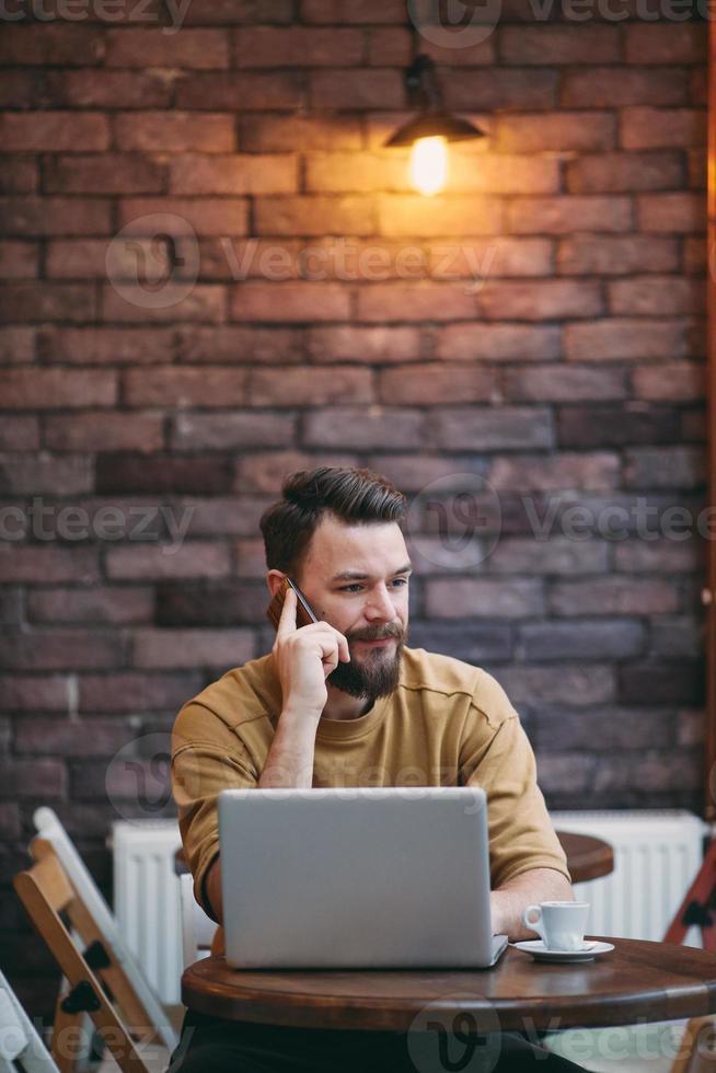 homem sentado na cafeteria. foto
