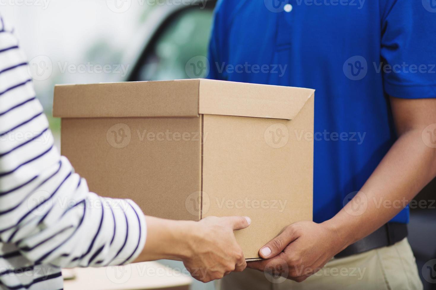 entrega em mão e serviço de entrega profissional. serviço impressionante. foto