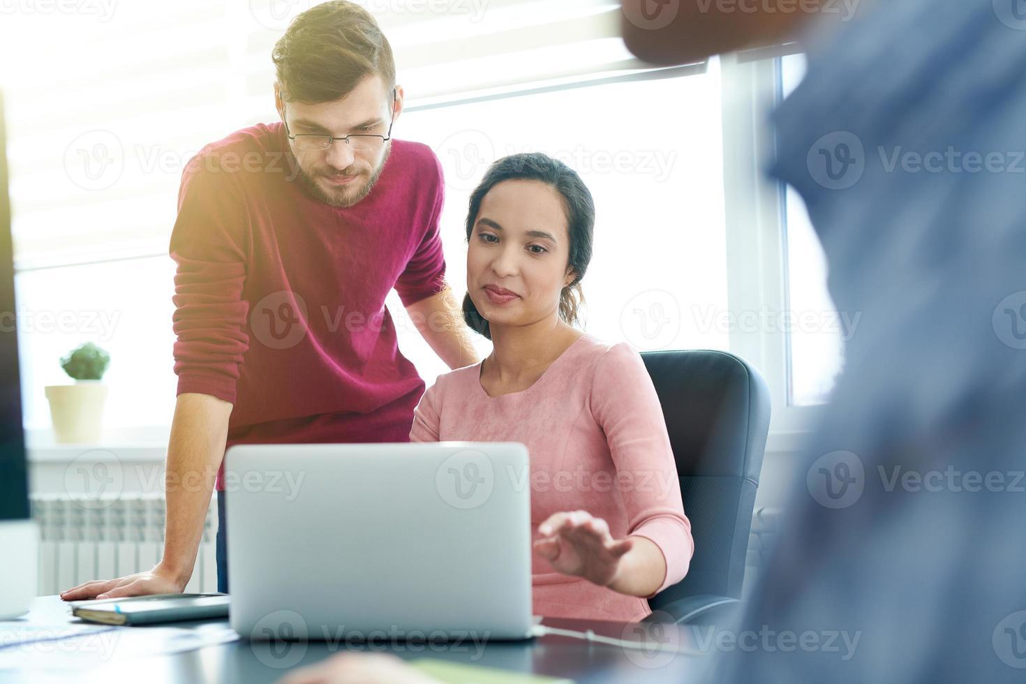 colegas de trabalho, analisando o relatório on-line foto