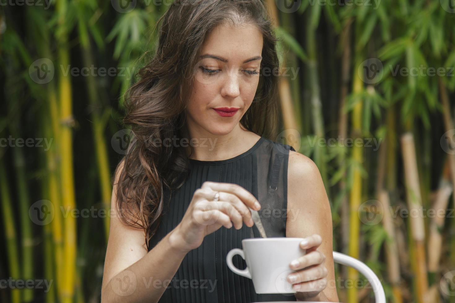 mulher tomando café em um restaurante foto