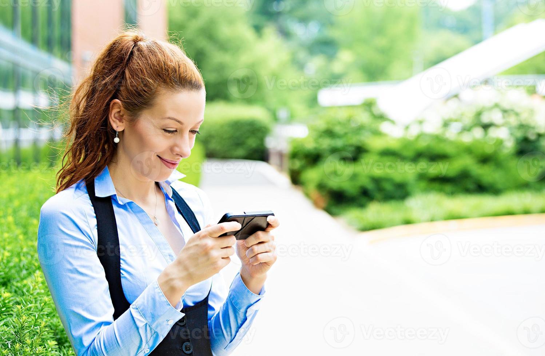 alegre, garota animada com o que vê no celular foto