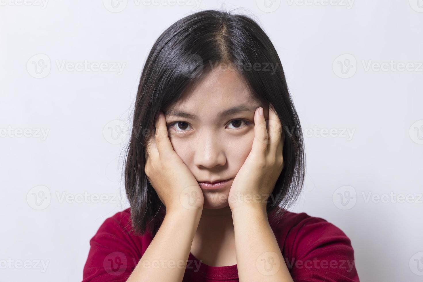 mulher tem dor de cabeça, isolada no fundo branco foto