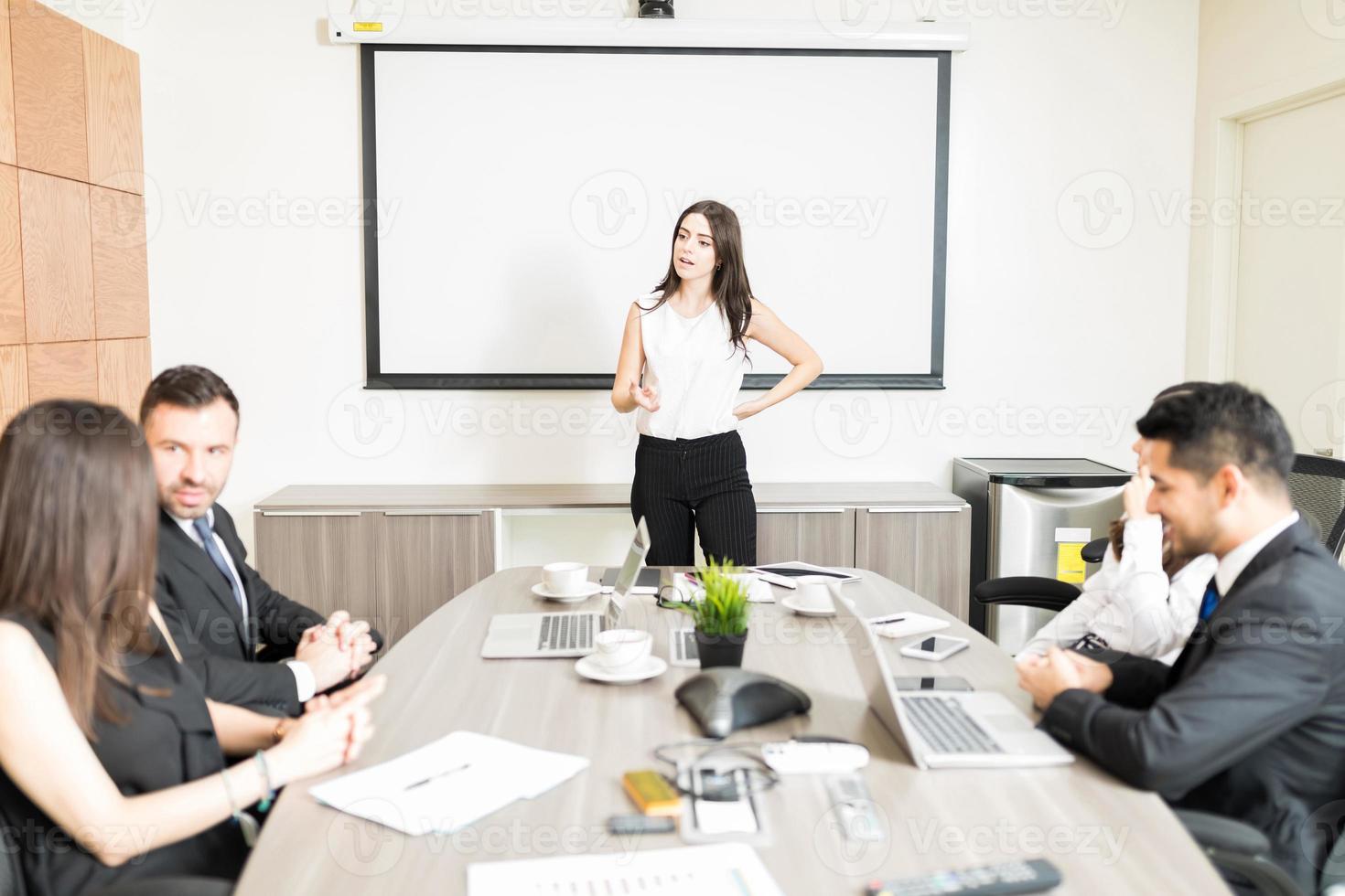 diretor dando suas opiniões sobre o projeto na sala de reuniões foto