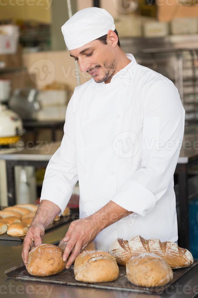 padeiro, verificação de pão fresco foto