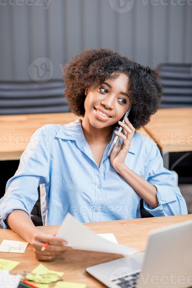 mulher que trabalha no escritório foto