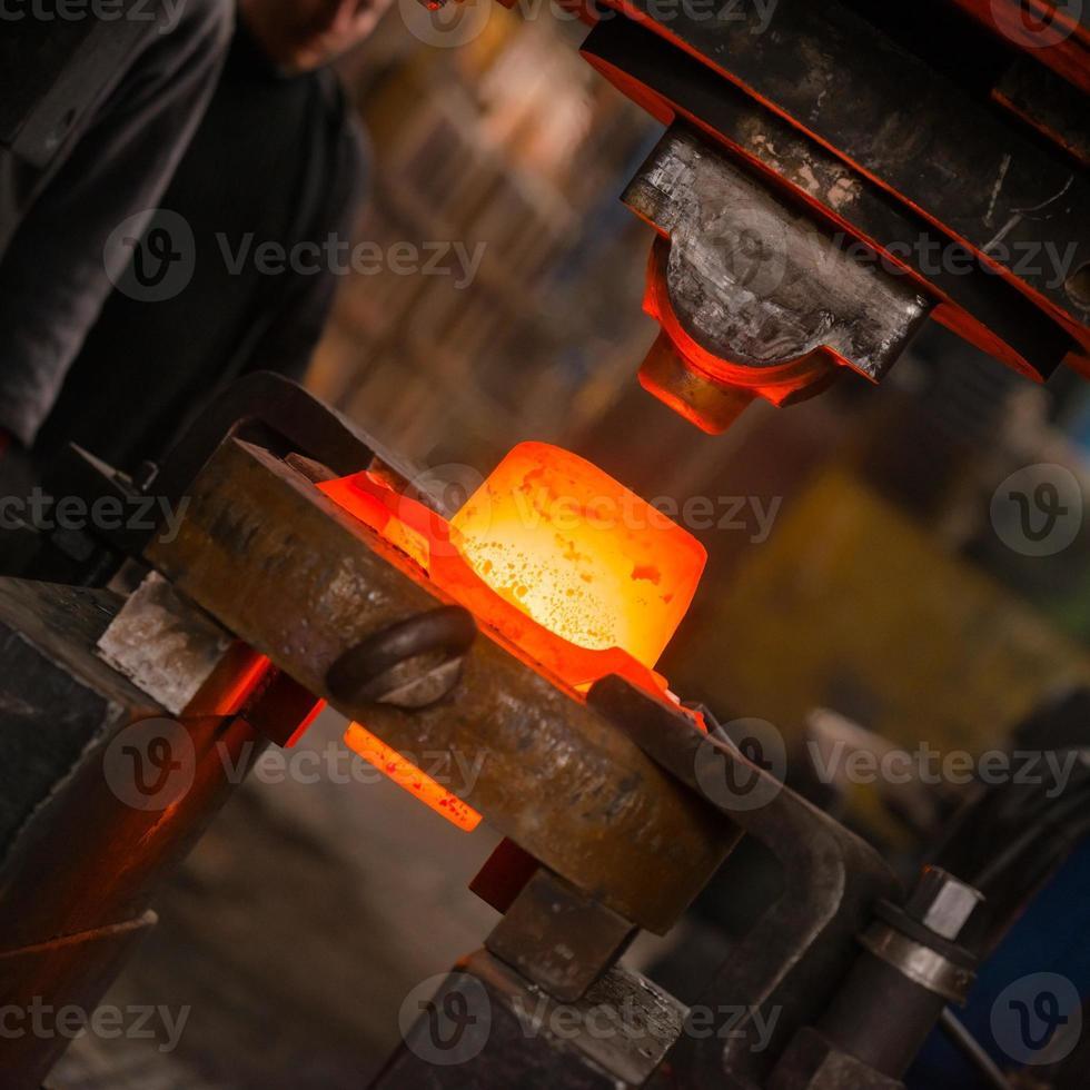 ferro quente em fundição foto