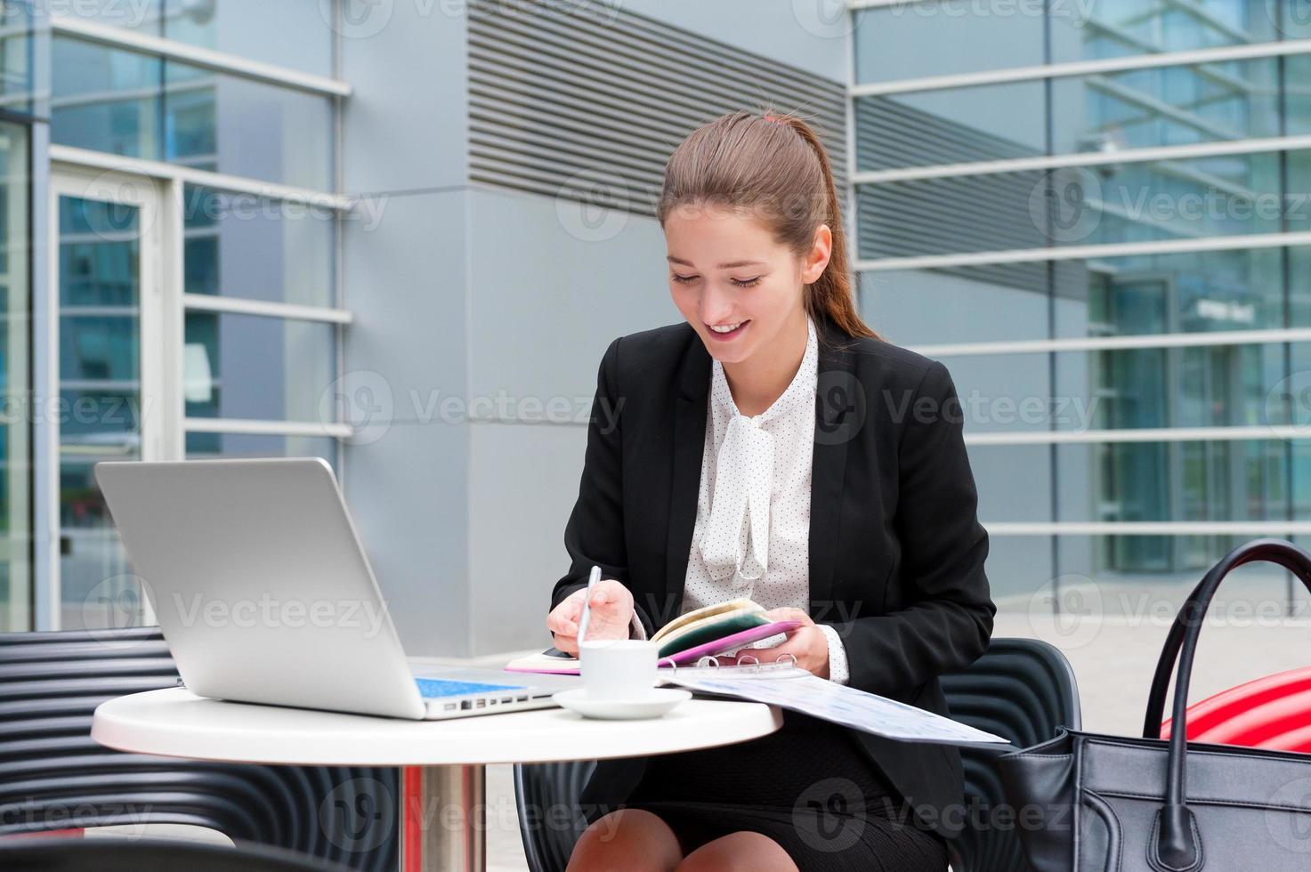 mulher de negócios jovem trabalhando foto