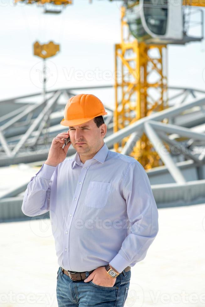 capataz supervisionando o projeto na construção. foto