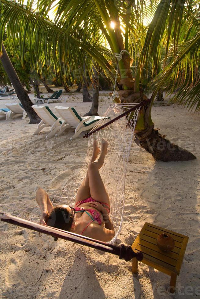 mulher na praia numa rede foto