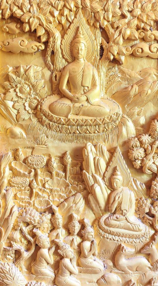 Buda esculpiu a porta. foto