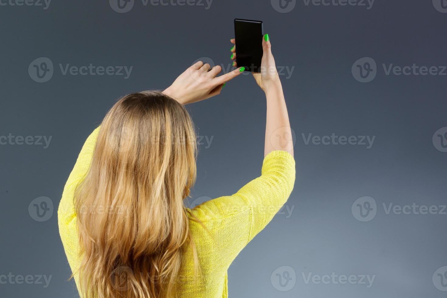 mulher irreconhecível tomando selfie foto