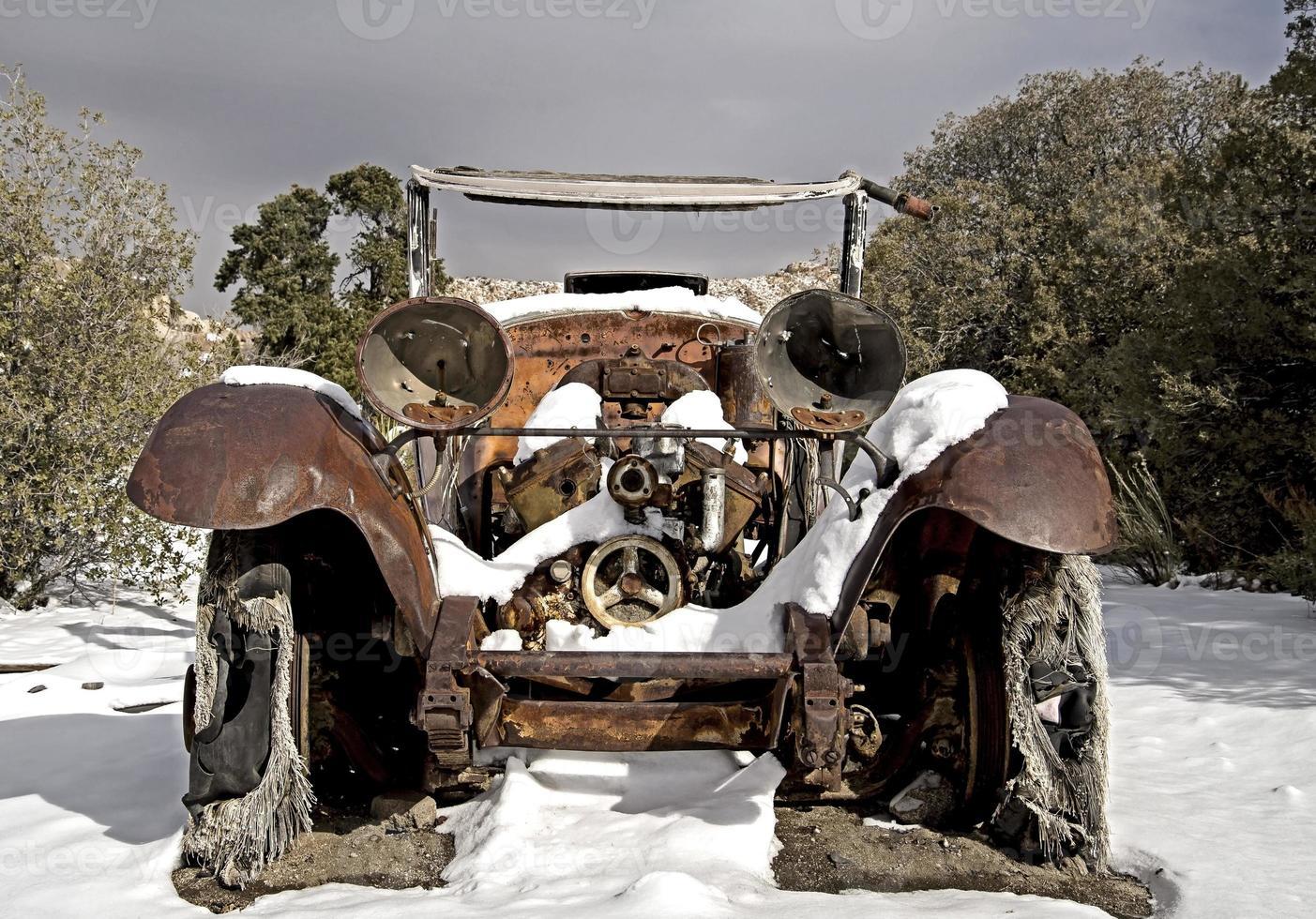 carro abandonado na neve do deserto foto