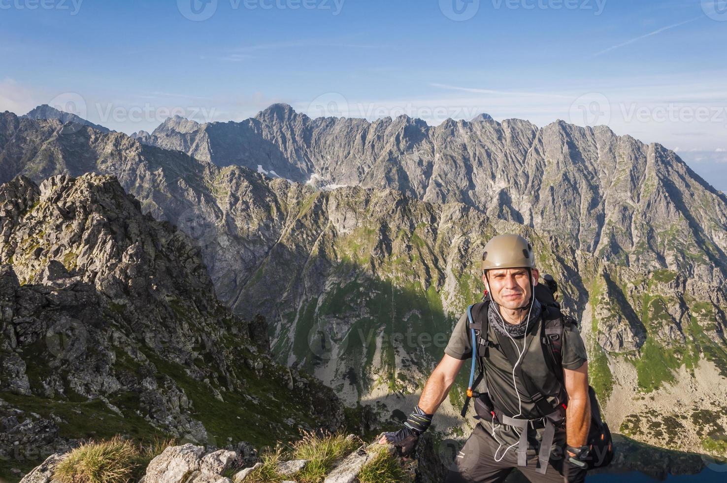 alpinista no capacete foto