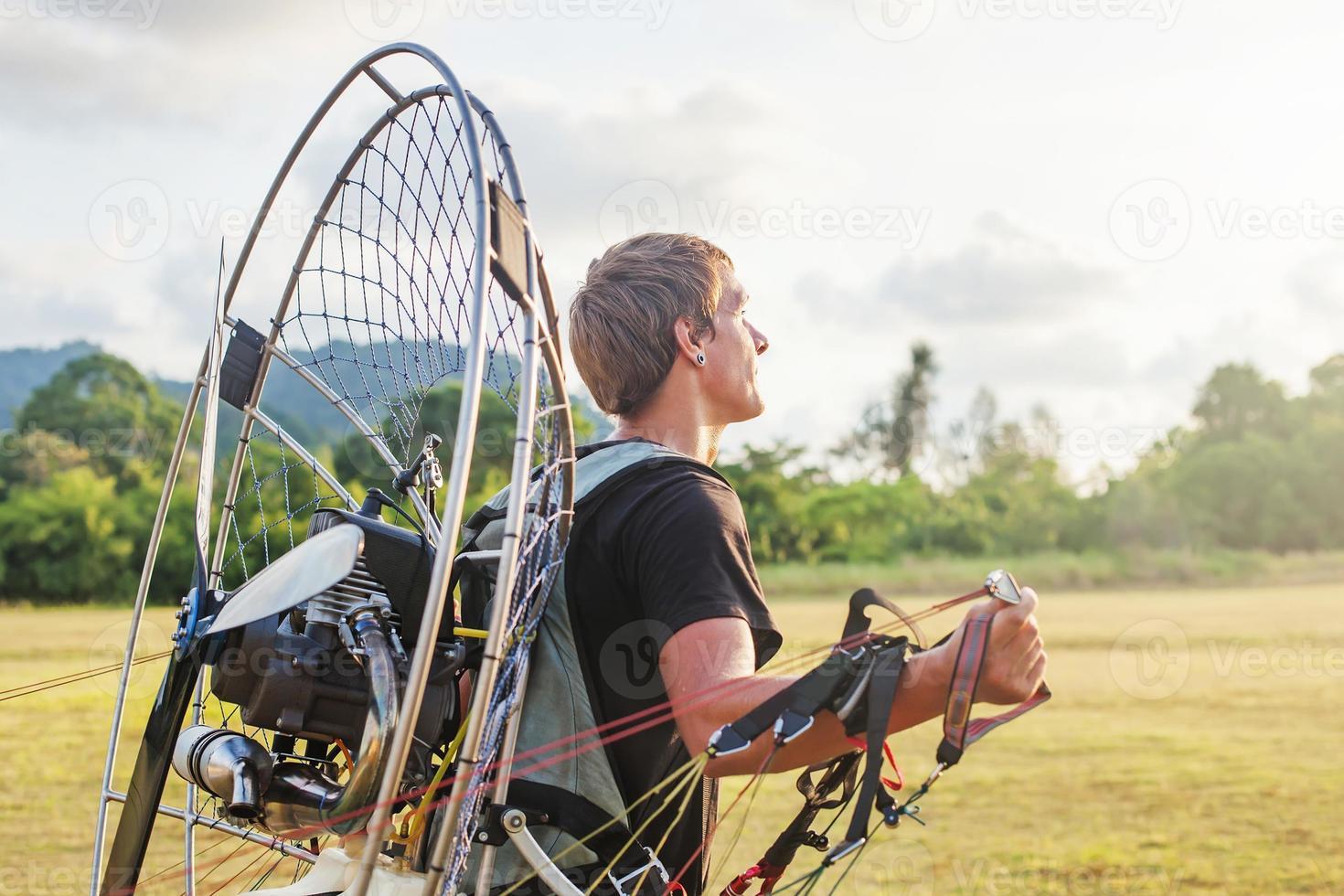 homem se preparando para o voo de parapente foto