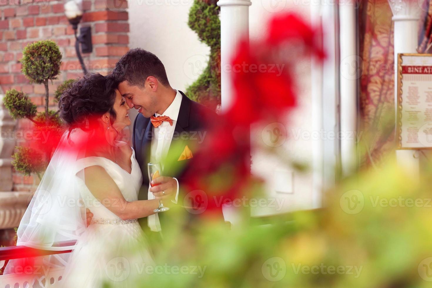 noiva e noivo na cidade foto
