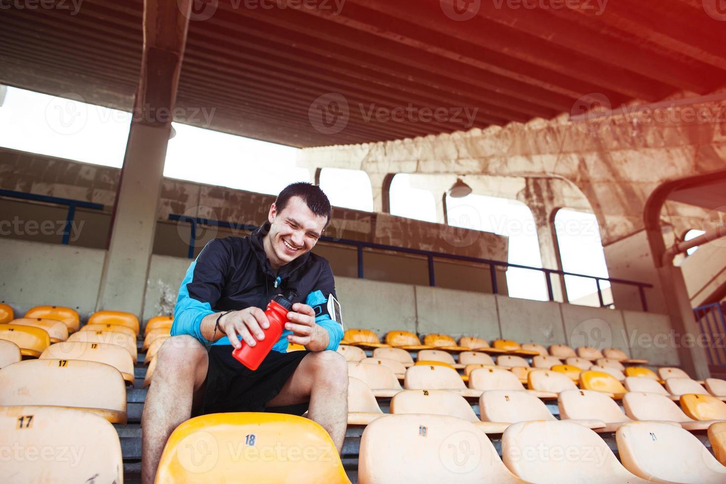 esportista sentado no estádio foto