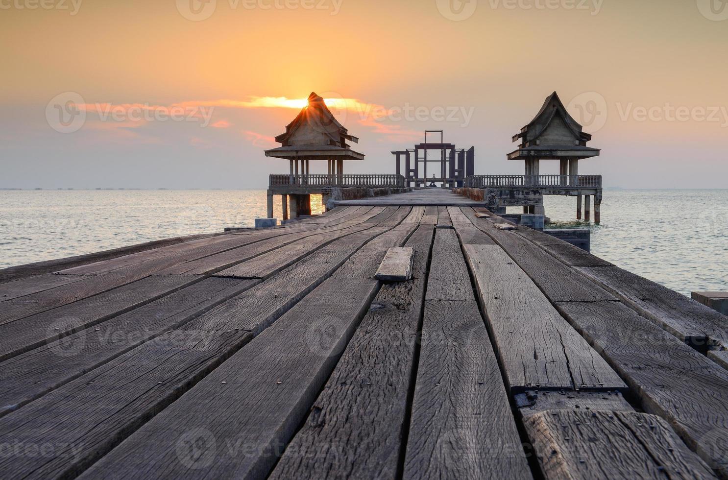 a velha ponte e pôr do sol foto