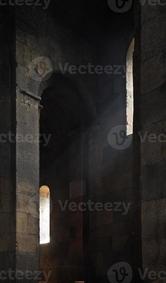 raio de luz na igreja de Saint Gayane em Vagharshapat. Armênia foto