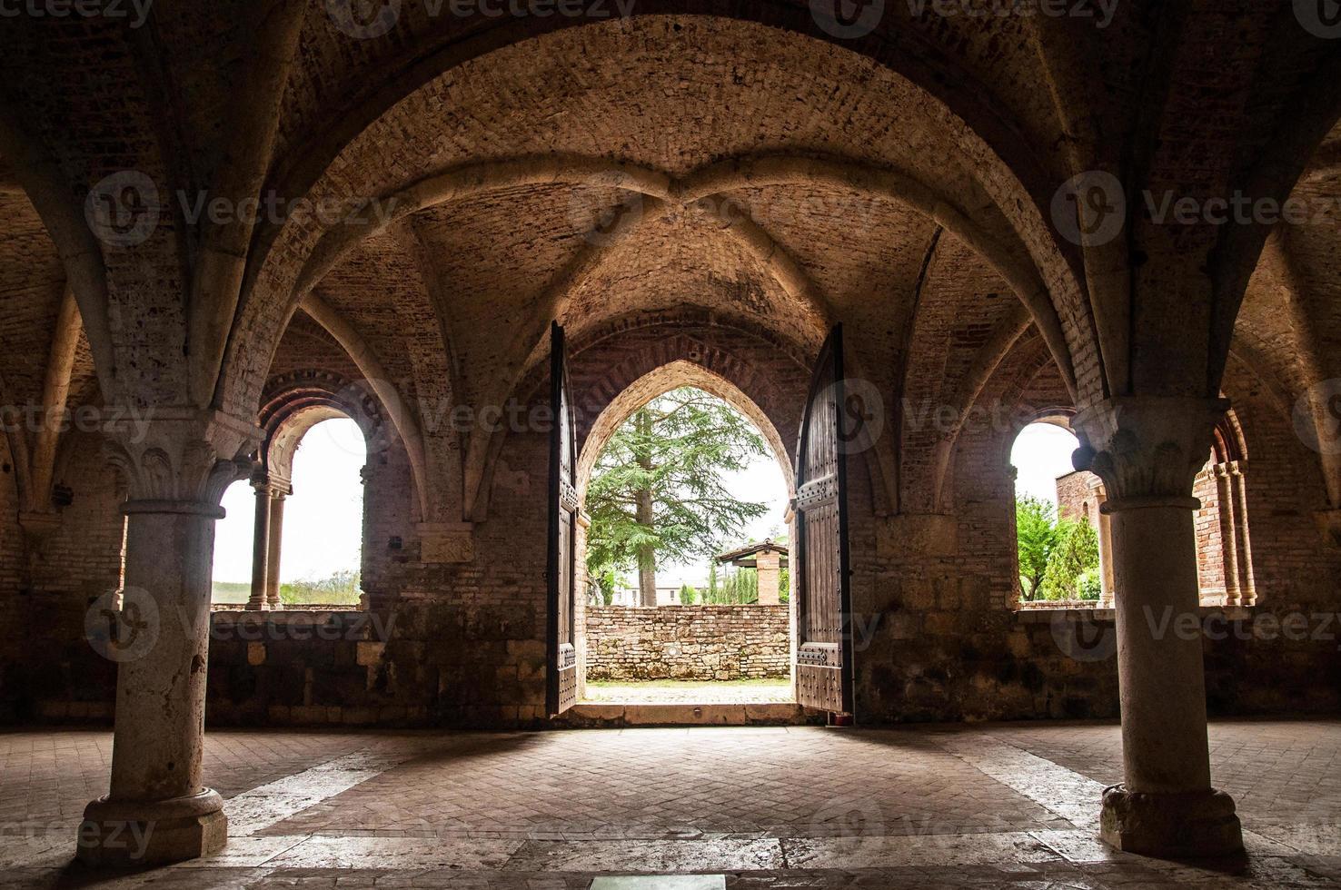 parte interior da abadia de san galgano foto