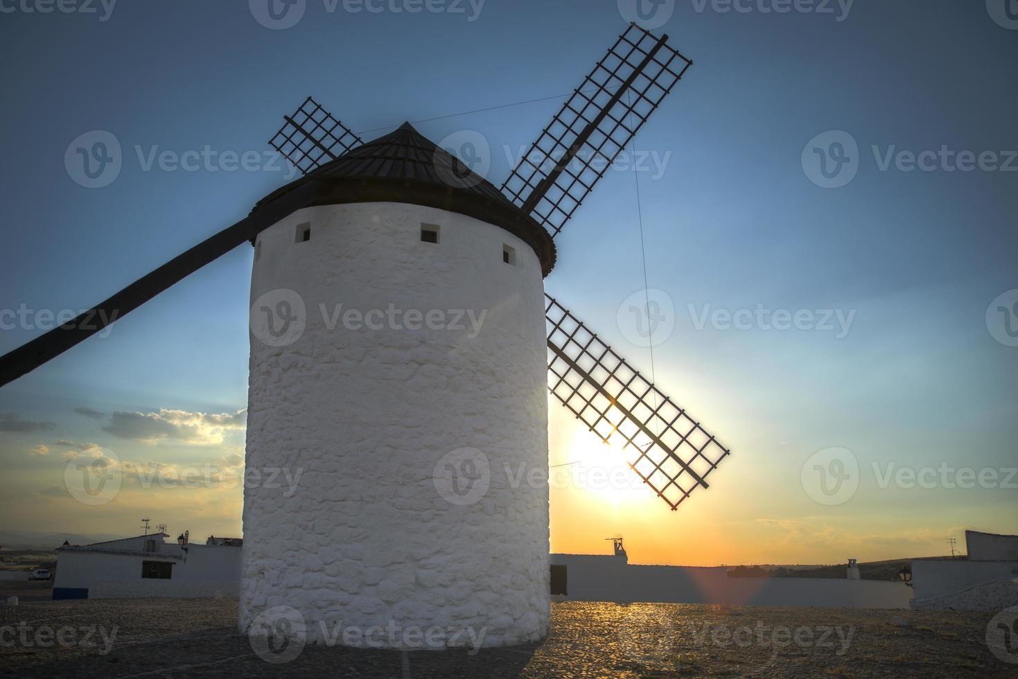 pôr do sol no campo de moinho de vento foto