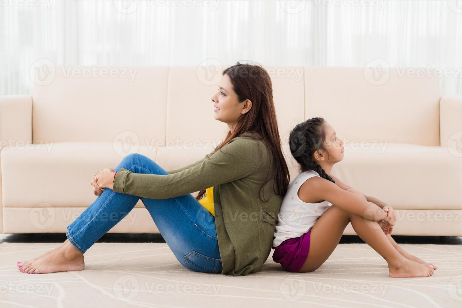 mãe e filha em casa foto