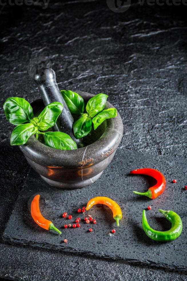 saborosas ervas e especiarias na argamassa foto