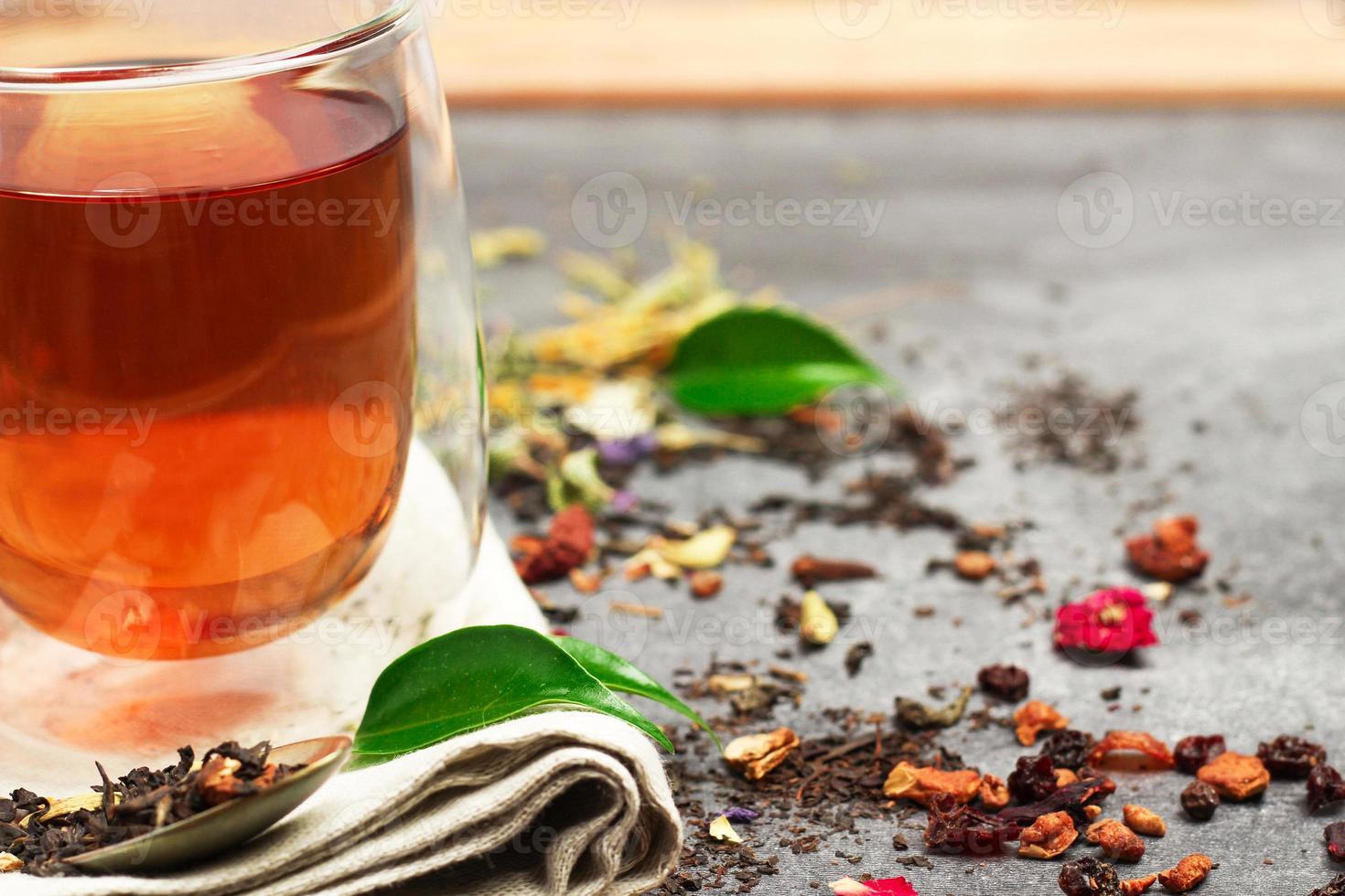 chá de ervas em um quadro negro foto