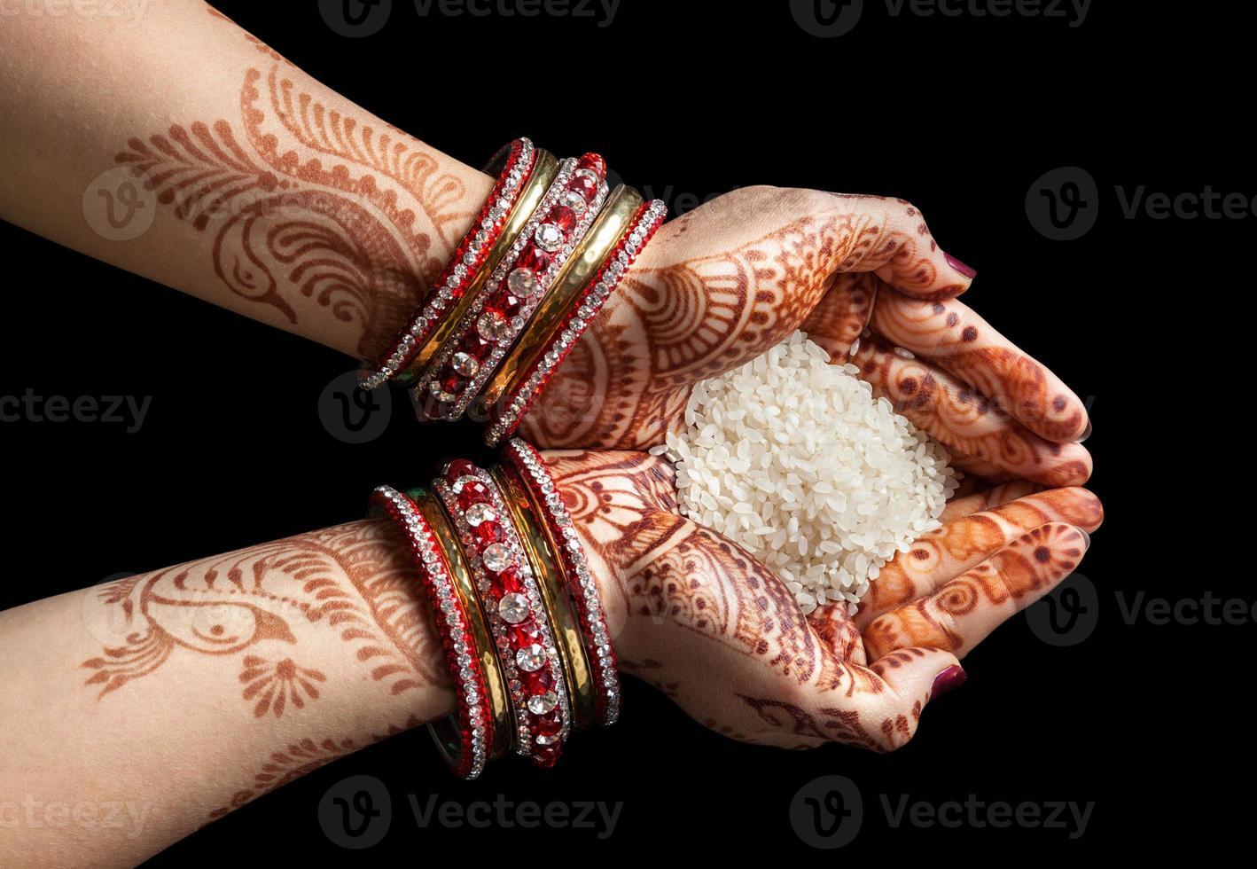 mãos indianas com arroz foto