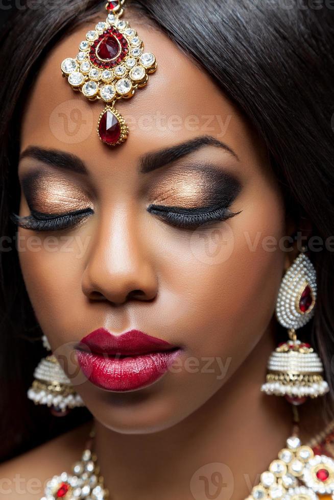 noiva indiana exótica vestida para casamento foto