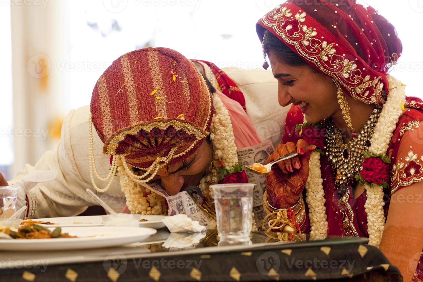 casal indiano feliz no casamento. foto