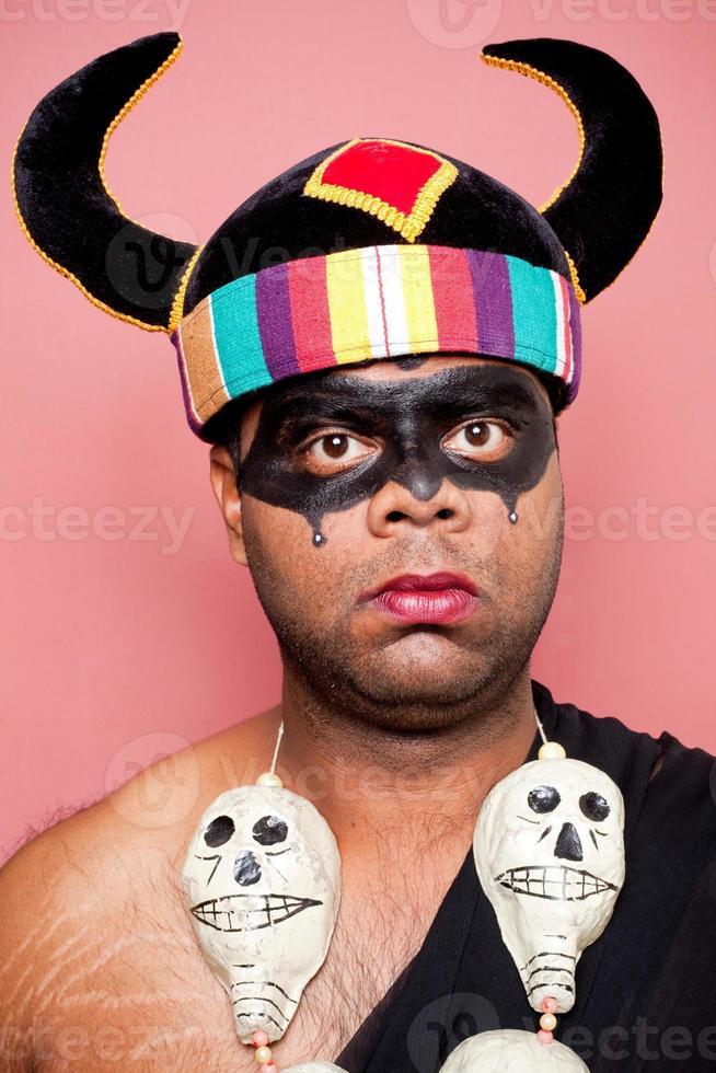 adulto indiano vestido como yamraj o senhor da morte foto