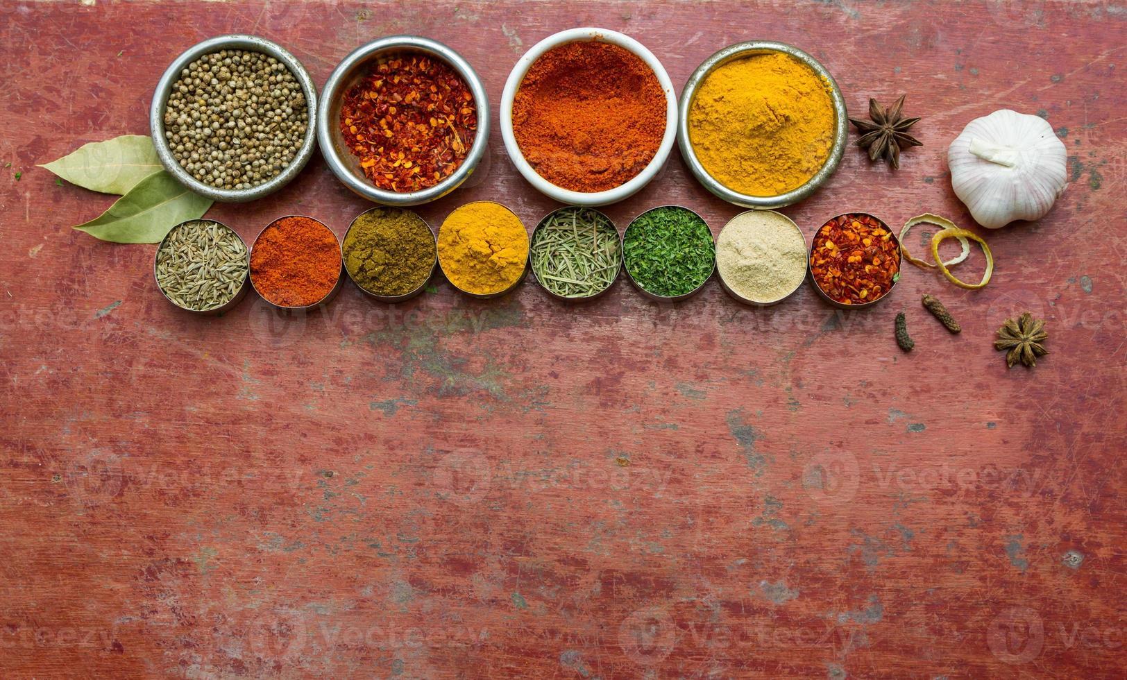 especiarias e ervas misturadas. ingredientes de alimentos e cozinha backgro vermelho foto