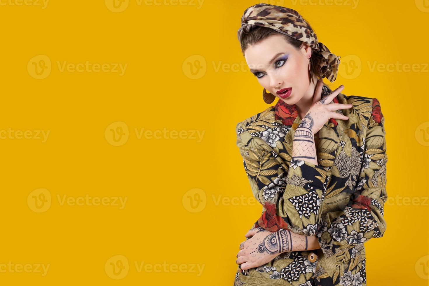 mulher bonita em estilo oriental com mehendy foto