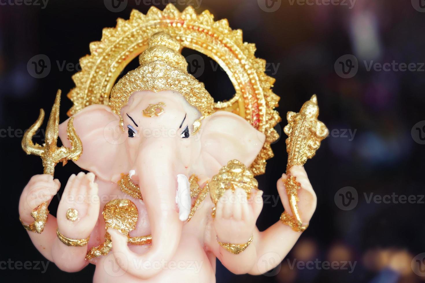 deus hindu ganesha senhor do bom presságio em luz dramática foto