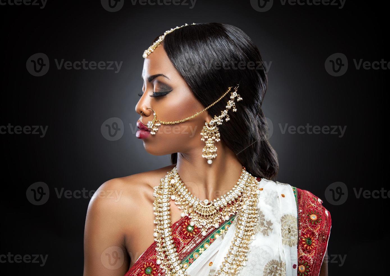 perfil de close-up de uma noiva indiana em elegância completa foto