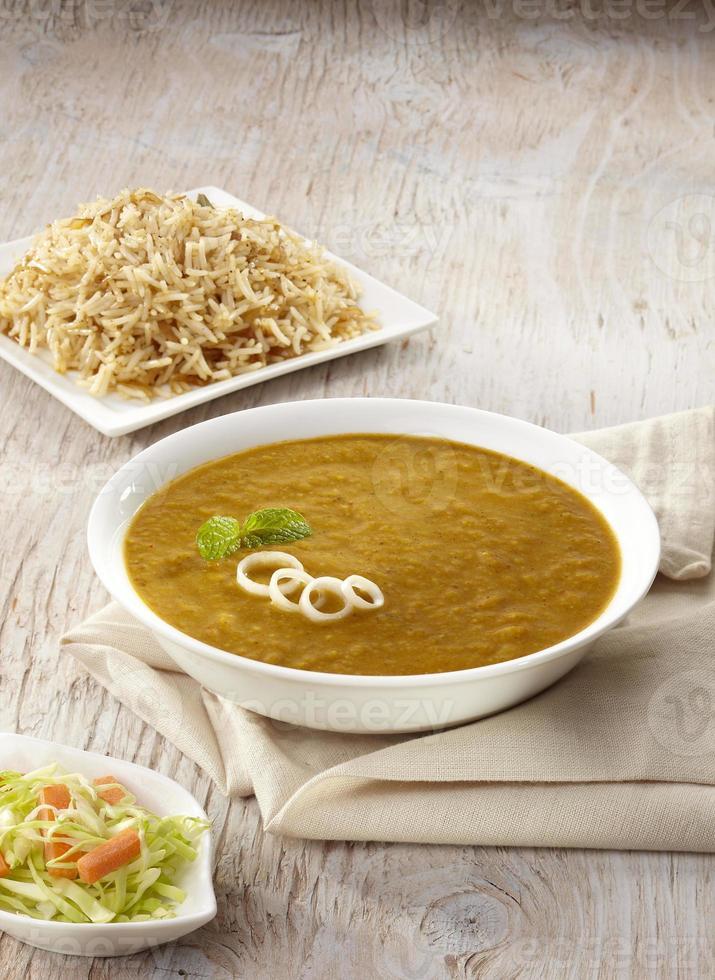 caril dhansak com arroz integral, Índia foto