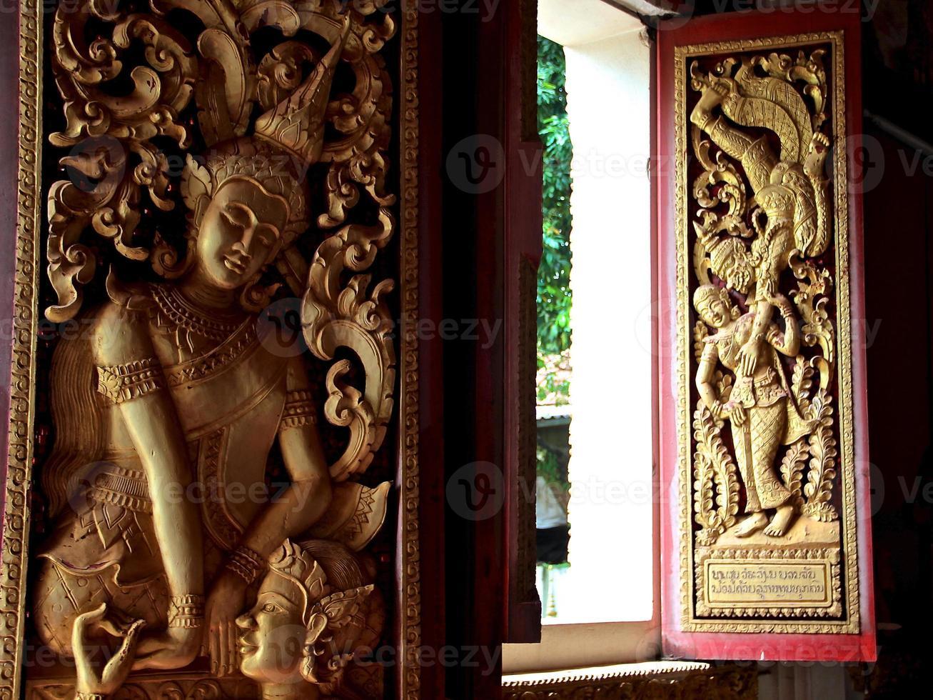 esculturas em madeira budista - vientiane, laos. foto