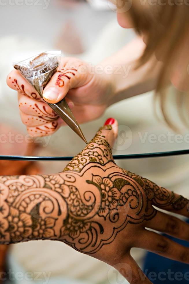 aplicação de henna foto