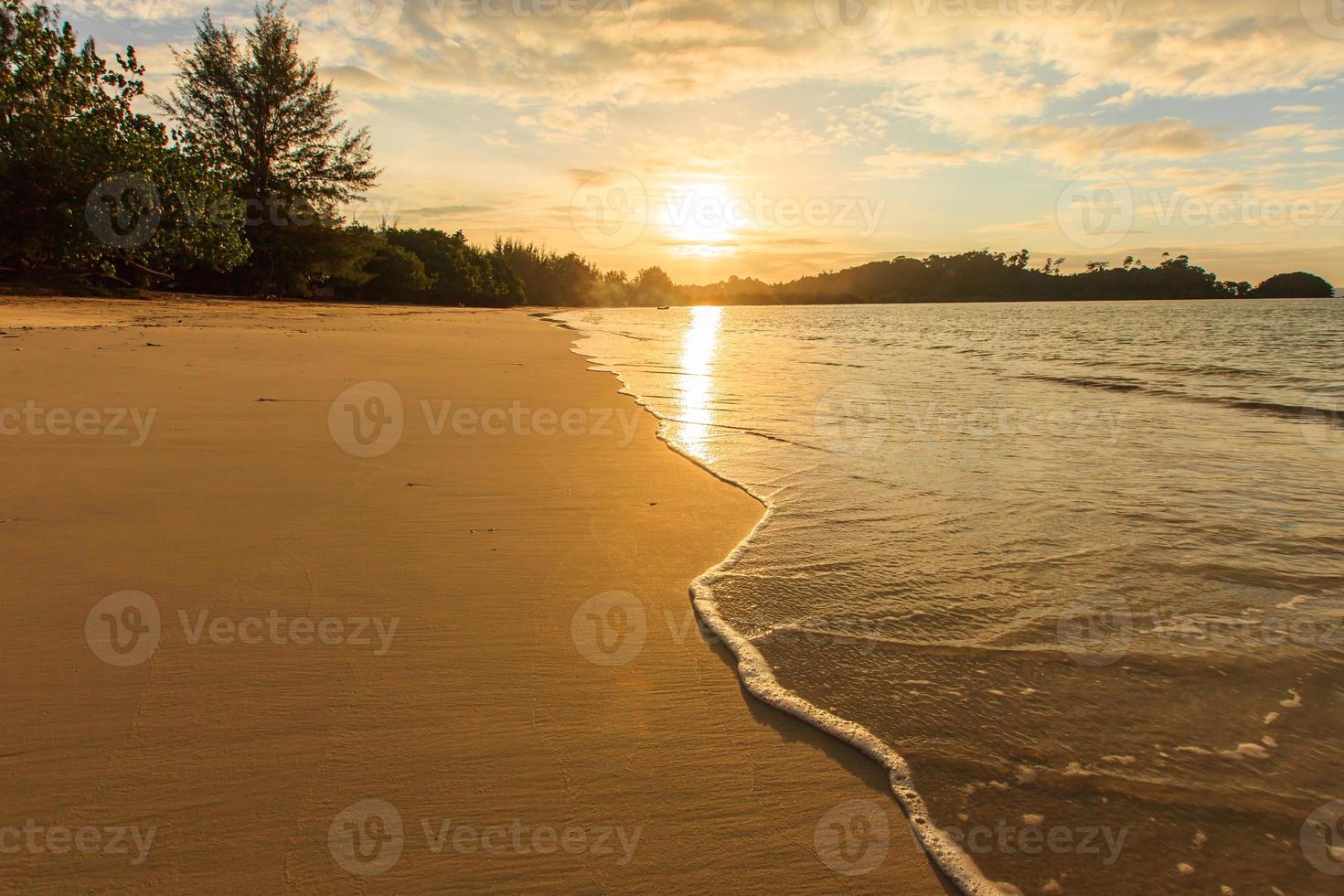 pôr do sol belo panorama na praia de kao kwai, ilha de payam, Tailândia foto