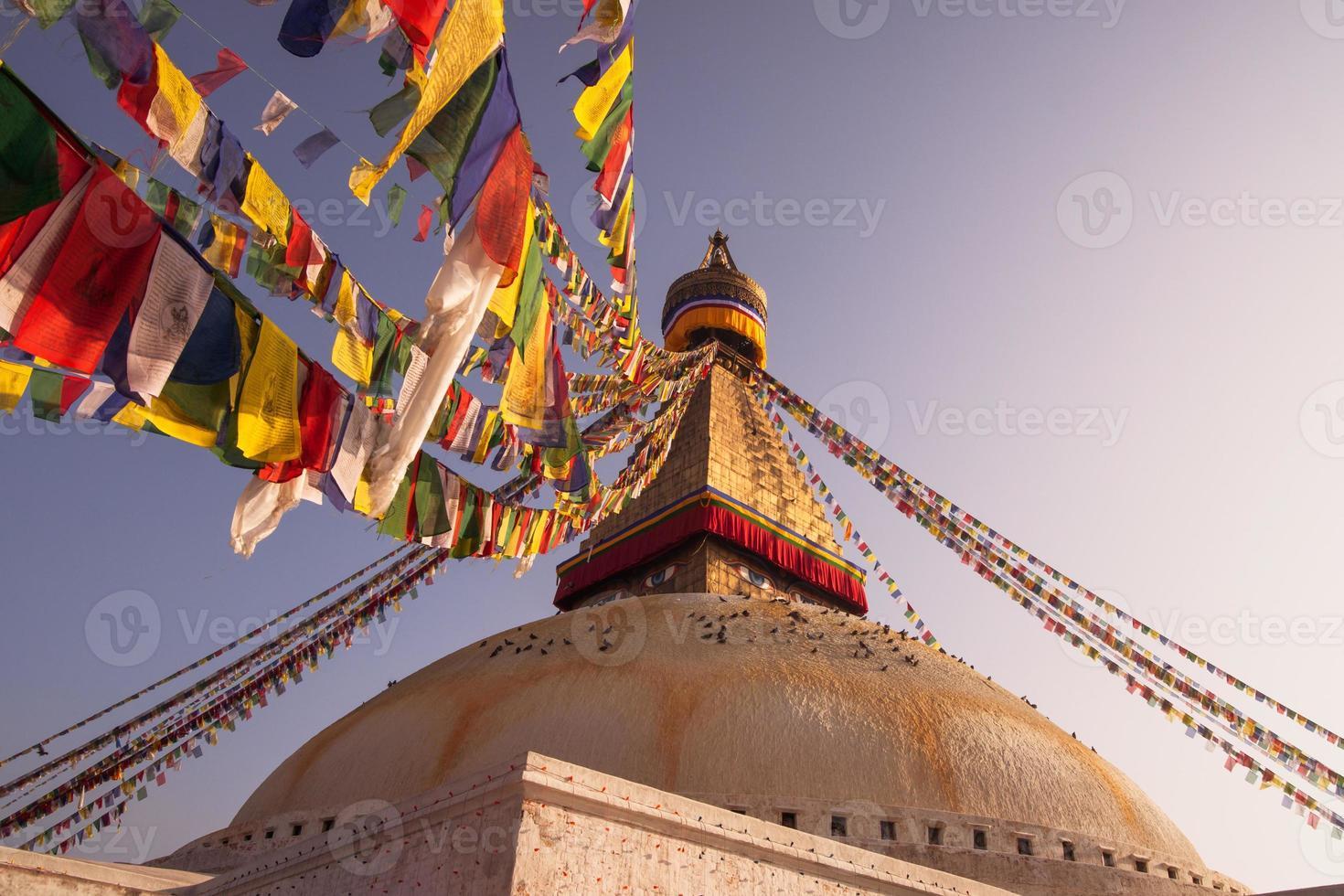 bandeiras de oração e boudhanath stupa em kathmandu foto