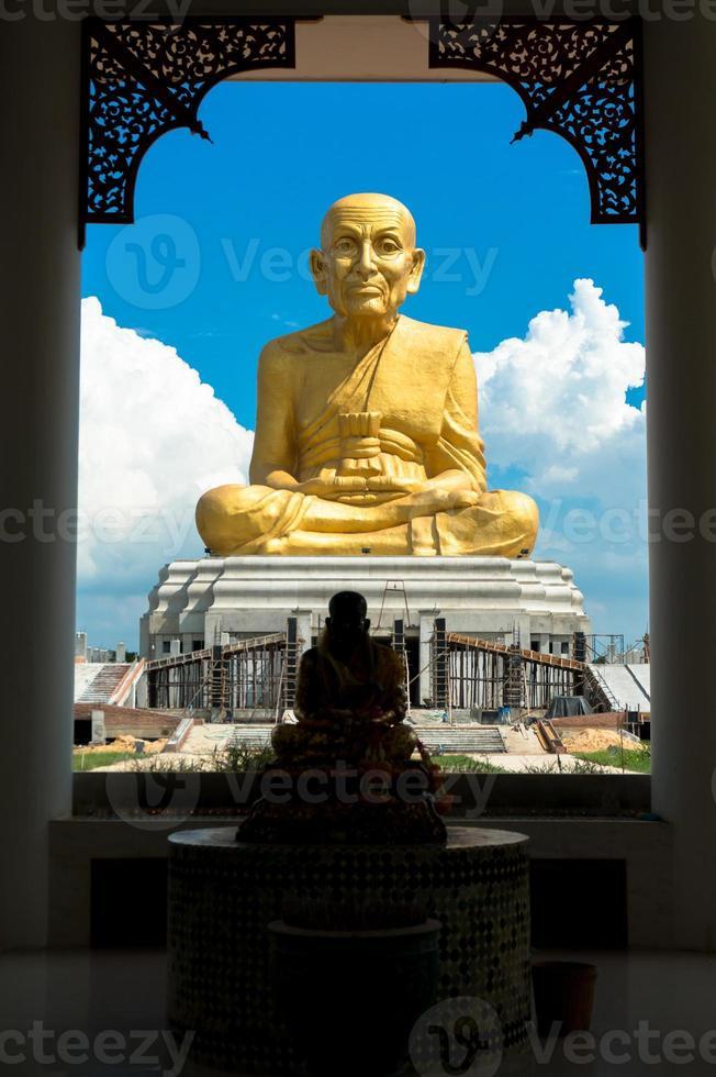 estátua de luang pu thuat foto