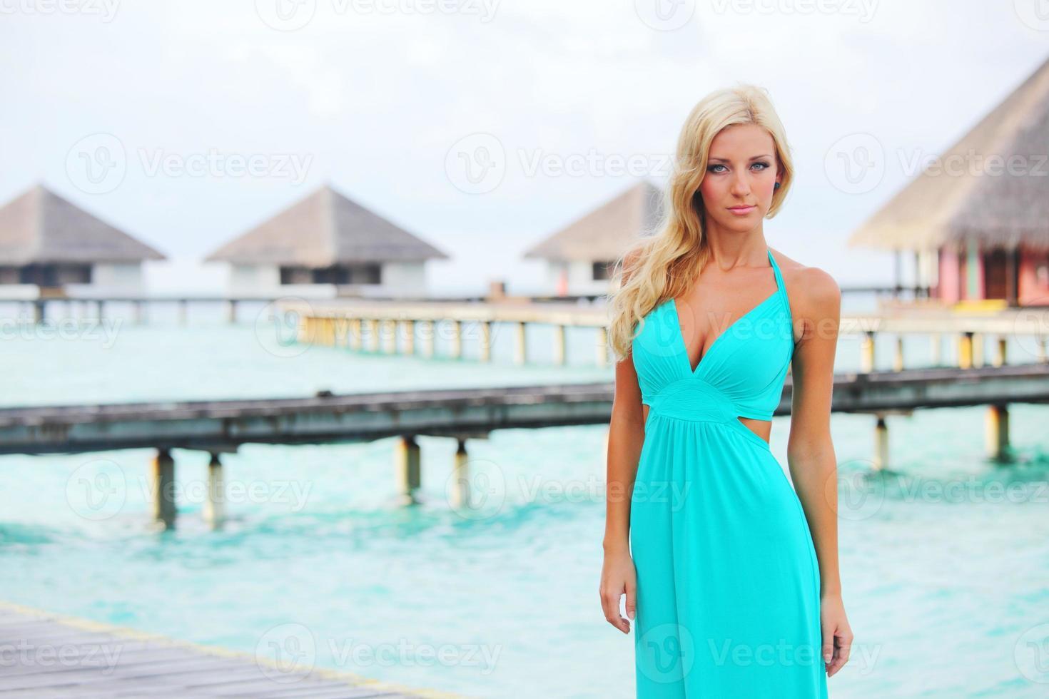 mulher na praia tropical foto
